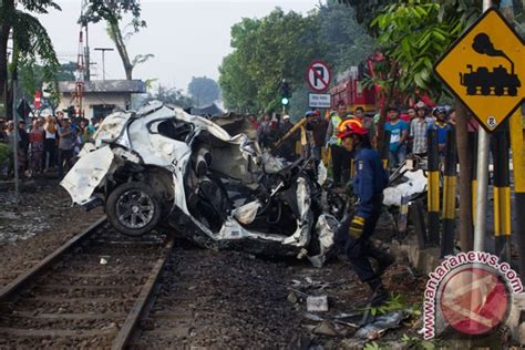 Sinensa Di Surabaya kecelakaan kereta tewaskan tiga orang di surabaya antara