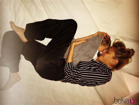hija se mete a la cama de su padre para cpjer carla pereyra con su hija francesca en brazos tumbadas en