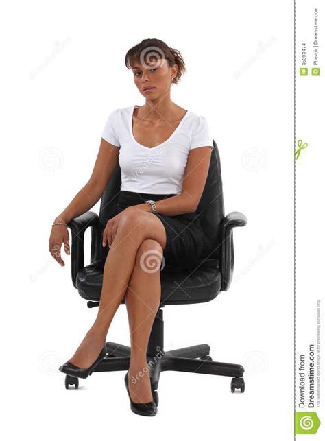 donne sedute con gambe accavallate empresaria sentada en silla de la oficina imagenes de