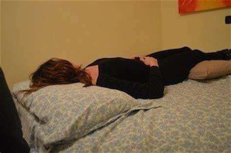 mal di schiena a letto postura corretta per il mal di schiena terapia rimedi e