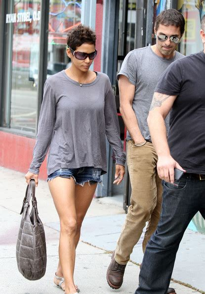 Halle Berry Makes Out With The Ground by Halle Berry Photos Photos Halle Berry And Olivier