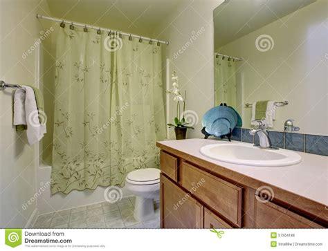 tende bagno classico bagno classico con la tenda e la pavimentazione in
