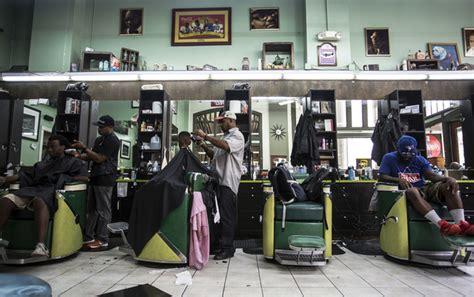 barber downtown atlanta michael phelps takes selfie at atlanta barbershop daily