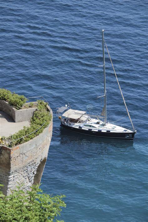 porto italiano barca nel porto di positano italia fotografia editoriale