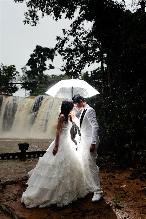 Awesome Wedding Photos by Couples Who Turned Bad Weather Into Awesome Wedding Photos