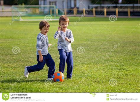 dos ni 241 os jugando futbol imagui dos ni 241 os peque 241 os lindos jugando a f 250 tbol foto de