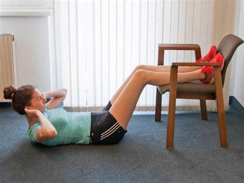 stuhl ã bungen 13 effektive bauch beine po 220 bungen mit stuhl als