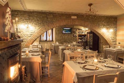 sala con camino sala ristorante con camino foto di agriturismo
