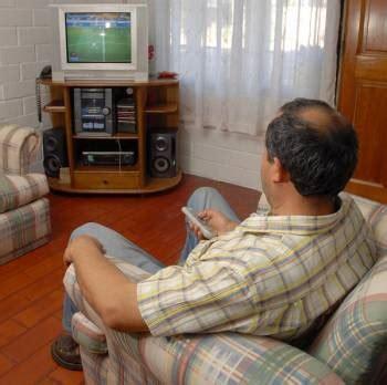 imagenes graciosas viendo television un hombre entr 243 a una casa ajena a ver televisi 243 n