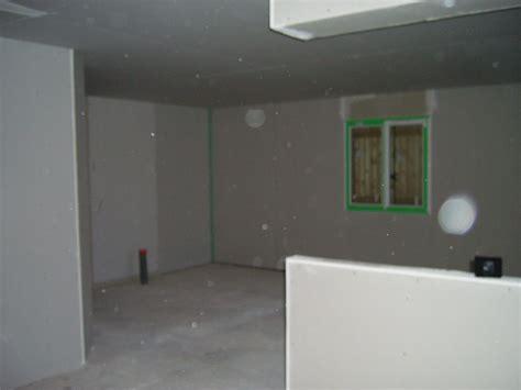 Fixer Une Armoire Au Mur Sans Percer by Fixer Tv Au Mur Placo Great Emplacement Duune Armoire