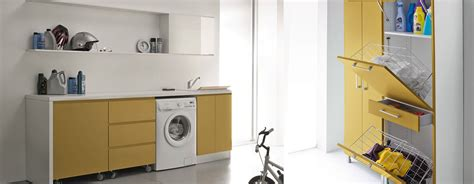 arredo lavanderia domestica bagno con pareti in mosaico beige