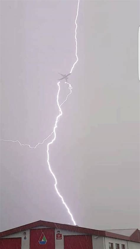 Raket Astec Aero Lightning 55s tf an airbus a330 jet being hit by lightning during thunderstorm in iceland yesterday pics