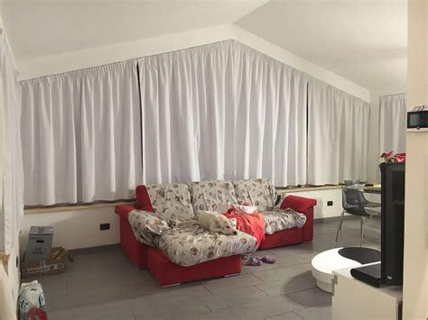 tende per finestre oblique tende in acrilico bianco doppiate sul lato vetro con