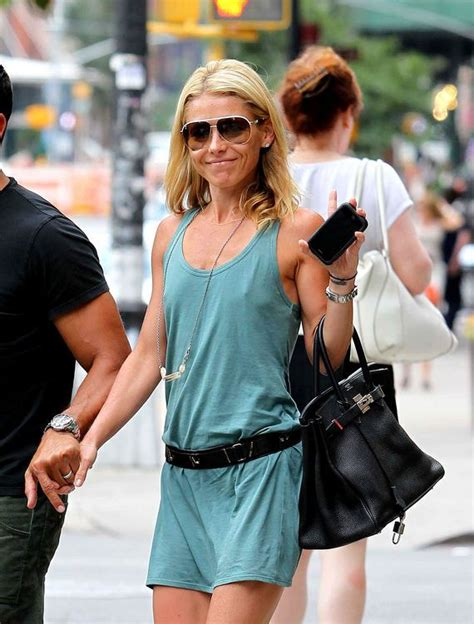 bra less kelly ripa takes to the red carpet ny daily news 34 best images about actress kelly ripa on pinterest