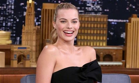 margot robbie ring margot robbie wears silver ring on wedding finger on jimmy