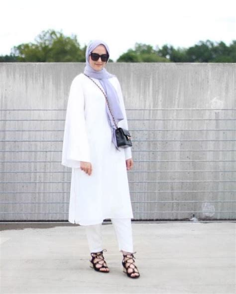Tunik Rantai Hitam inspirasi serba putih dalam style yang lebih santai