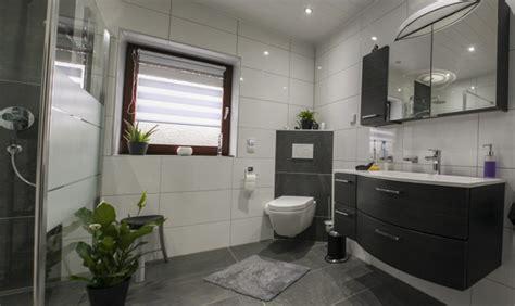 Badezimmer Fliesen Deckenhoch by Bad Muster