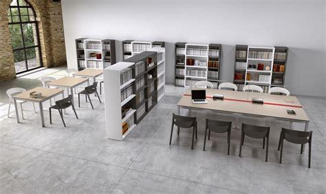 schreibtische mit trennwand workstations f 252 r moderne b 252 ros und gemeinschaftsbereichen