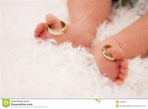 Kleine Hochzeit by Kleine Zehen Mit Hochzeits Ringen Stockfoto Bild 2429800