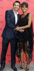 Halle Sets The Record Hollyscoop by Halle Berry Page 227 Purseforum