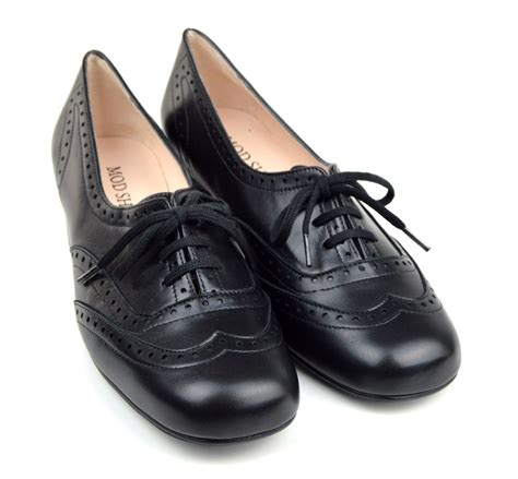 shoes in style the brogue in black leather 60s 70s vintage style