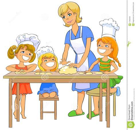 bimbi cucinano bambini cucinano tortino con la mamma immagini stock
