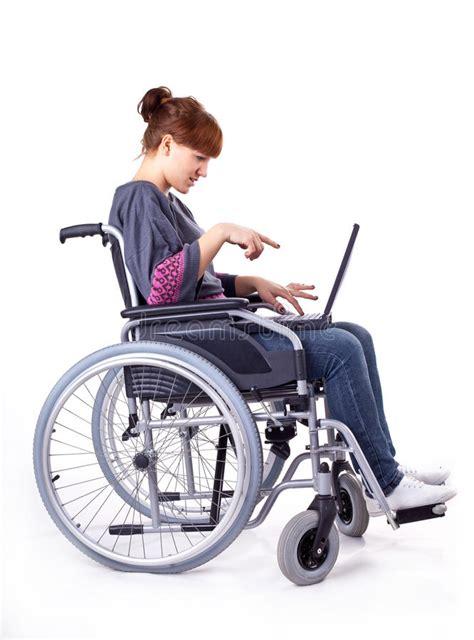 sulla sedia ragazza sulla sedia a rotelle immagini stock libere da