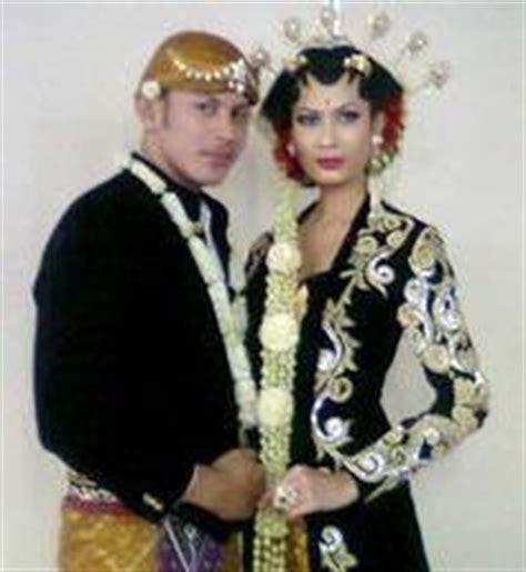 foto pengantin jawa beludru hitam upacara adat pernikahan yang anggun budaya al jannah