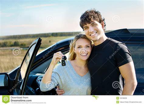 Nackt Auto by Happy Near New Car Royalty Free Stock Photos