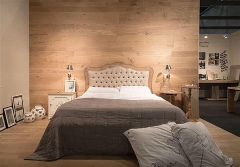 pareti colorate in da letto da letto con rivestimento delle pareti in legno