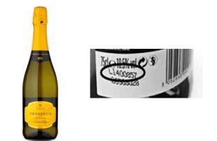 scaffali in inglese bottiglie di prosecco italiano esplodono sugli scaffali