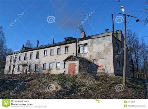 camino senza fumo vecchia casa con mattoni a vista con un camino di fumo