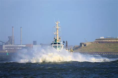 sleepboot ijmuiden foto s veerboot king seaways dfds met storm in ijmuiden