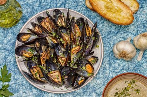 come si cucinano le cozze alla marinara ricetta cozze alla marinara ricetta