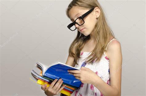 libro portraits crachs un ni 241 a con lentes para leer algunos libros ni 241 os aprendizaje ni 241 o estudiando foto de stock