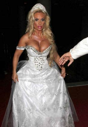 14 ugliest and craziest wedding dresses that should have