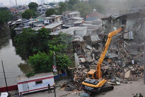 Alat Pancing Di Jatinegara dki bongkar seluruh bangunan di bantaran sungai republika