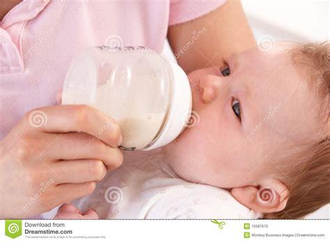mã tter zuhause mutter die zu hause dem baby flasche gibt lizenzfreie