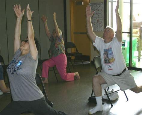 armchair yoga for seniors oltre 1000 idee su esercizi con la sedia su pinterest