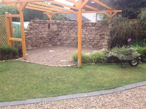 Rustikale Gartenmauer