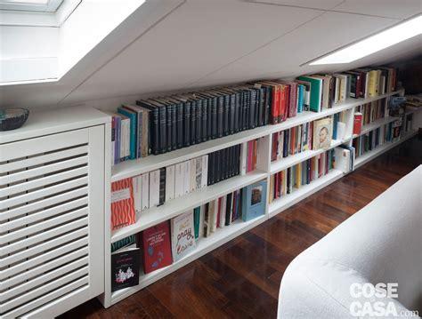 libreria casa 67 mq la mansarda con travi in legno cose di casa