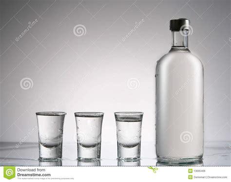 len ersatzteile glas de fles en de glazen de wodka nog redactionele stock