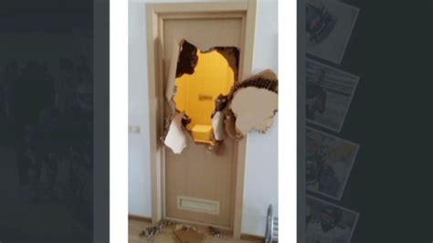 trapped in a bathroom cnn co jp バスルームに閉じ込められた米選手 ドアをパンチで破り脱出