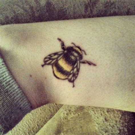 bumble bee tattoos designs best 20 bumble bee ideas on