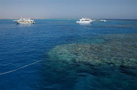 boat description file boats in the corals of red sea 2 jpg wikimedia commons