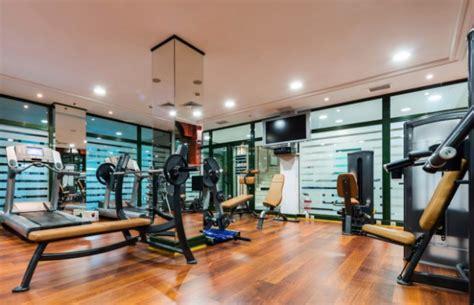 fitnessstudio oder zuhause trainieren was im fitnessstudio nicht fehlen darf