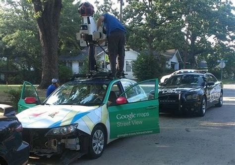imagenes extrañas encontradas en google maps un coche de google street view causa un accidente