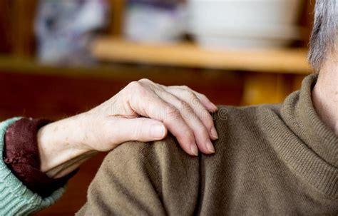 la mano sulla la mano della donna sulla spalla dell uomo fotografia