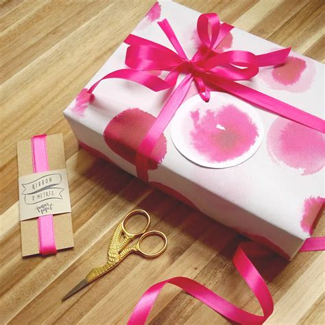 Set Kutubaru Pipit 2 Pink luxury gift wrap set in playful pinks by paper pipit