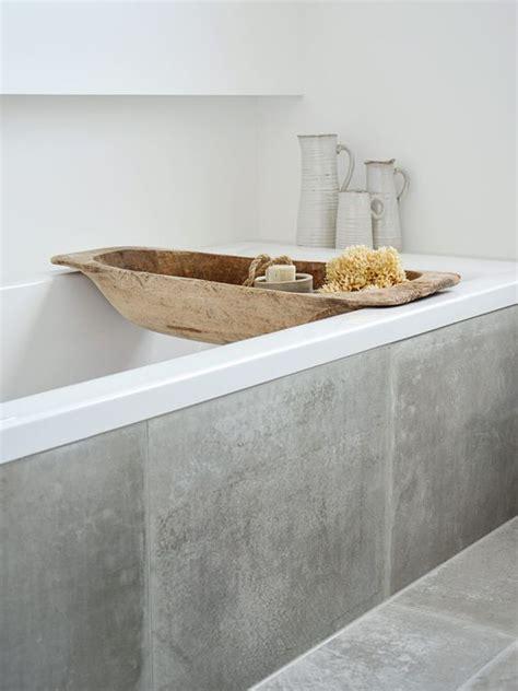 Graues Badezimmer Dekorieren by Badezimmer Dekoration Mit Einer Holzmolle Teilmolle